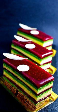 Jugar con los colores navideños es muy fácil. ¡Y puedes hacerlo como quieras! Ya sea con bizcocho, merengue o gelatinas, esta idea puede desembocar en muchas otras.