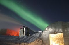 "The Amundsen-Scott South Pole Station uses red lights at night because red lights do not add to light pollution. The green light in the sky is the aurora australis, or ""southern lights."" (Photo via Wikimedia Commons) Greenland Travel, Norway Travel, Norway Places To Visit, Places To See, Aurora Borealis, Polo Sul, Photo Café, Polar Night, Light Pollution"