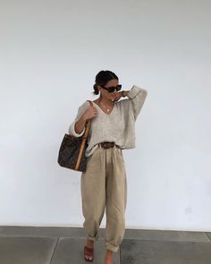 Le Fashion: This Relaxed Outfit is the Perfect Transition Into Spring Casual Outfits, Cute Outfits, Fashion Outfits, Hijab Fashion, Women's Fashion, Beige Pants Outfit, Khaki Pants, Paws T Shirt, Baggy Dresses
