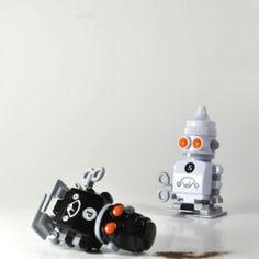 Dale cuerda al robot y caminará por la mesa hasta llegar a la persona que quiera servirse sal o pimienta. $24