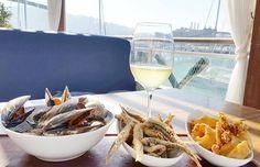 Mejillones  boquerones y calamares . Aperitivo de productos del mar . vino blanco o  cerveza?  Nosotros hoy elegimos un rueda.