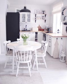 Cozy Kitchen – These are the ingredients for the feel-good look! In terms of well-being … - White Kitchen Remodel Cozy Kitchen, Kitchen Decor, Grande Table A Manger, Design Moderne, Dining Table Chairs, Dining Room, Cuisines Design, Best Interior Design, Beautiful Kitchens