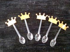 50 colheres com coroas de scrapbook 3cm  Lindas coroas douradas, pode ser usadas nas colheres de doce de colher, totem ... use como desejar em convites, lembrancinhas...  Cada pacote contém 50und R$ 20,00
