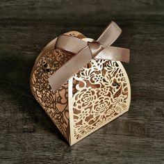 PEDIDO MÍNIMO DE 30 UNIDADES <br> <br>Ideal para bem casados, bolos, amêndoas, castanhas, trufas, chocolates, confetes, jujubas, doces ou balas sortidas e o que sua criatividade mandar! <br> <br>Tamanho da Base: 6,3 x 6,3 cm <br>Altura: 8 cm <br> <br>Caixa de papel gramatura alta, em papel perolado nude. Acompanha fita de cetim de 7mm.