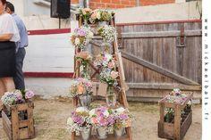 agence d'organisation de mariage terroir, plan de table avec vases chinés fleuris, casiers à bouteilles vintage Photo Mickaël Bats www.mariagedanslair.fr
