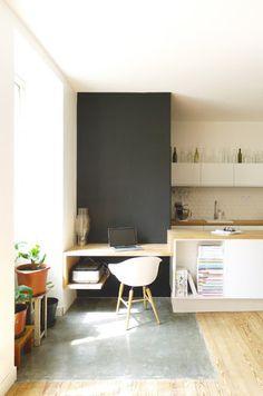 angolo studio in cucina vicino ad una finestra, fonte di luce naturale