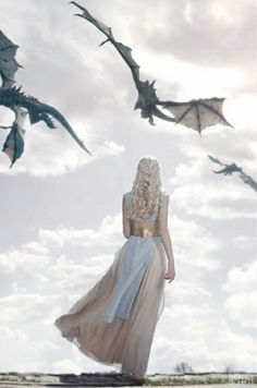 Daenerys Targaryen - Game of thrones Arte Game Of Thrones, Game Of Thrones Dragons, Game Of Thrones Fans, Game Of Thrones Characters, Winter Is Here, Winter Is Coming, Breathing Fire, The Mother Of Dragons, Queen Of Dragons