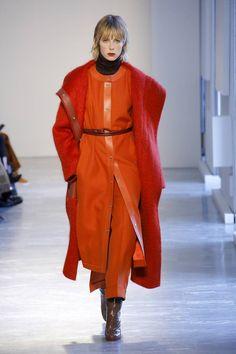 Agnona fall 2018 ready-to-wear fashion show collection. Women's Runway Fashion, 1960s Fashion, Grey Fashion, Unique Fashion, Autumn Fashion, Fashion Top, Vogue Russia, Fashion Show Collection, Fashion Pictures