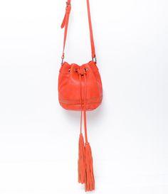Bolsa feminina modelo saco com tassel
