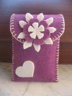 Portacellulare in feltro Felt Diy, Felt Crafts, Diy Crafts, Scan And Cut, Big Shot, Craft Tutorials, Fabric Flowers, Needle Felting, Purses And Bags