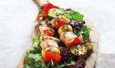 Coloridas e suculentas, estas espetadas de salmão e lulas são ricas em sabor, sem leite e sem glúten. Experimente temperá-las com azeite aromatizado.