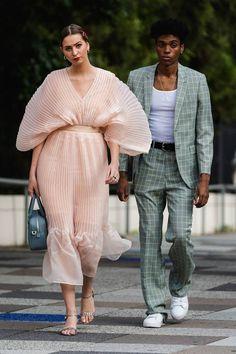 Streetstyle at New York Fashion Week snaps looks spring summer 2020 trends street marca street brasileira streetwear brasil streetwear nacional machomoda fo 2020 Fashion Trends, Spring Fashion Trends, Fashion Week, Fashion 2020, New York Fashion, Look Fashion, Spring Summer Fashion, High Fashion, Fashion Outfits