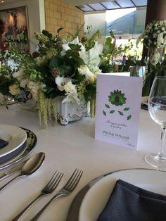 Evento decorado en tonos verdes con orquídeas, follajes, hortensia azul, rosas blancas con estilo orgánico. @babiloniaflores Centro de mesa