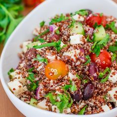 This Greek Chicken Red Quinoa Salad is rich in nutrients, packed with protein and it's super delicious at only 368 calories per serving. Red Quinoa Recipes, Quinoa Dishes, Chicken Salad Recipes, Healthy Salad Recipes, Healthy Foods, Healthy Life, Red Quinoa Salad, Mediterranean Quinoa Salad, Quinoa Salat
