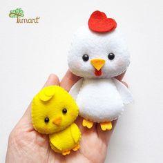 Apostila Digital - Chicken and Chick 2 - star Felt Crafts Dolls, Felt Crafts Patterns, Felt Crafts Diy, Felt Diy, Handmade Felt, Felt Dolls, Cute Crafts, Easter Crafts, Sewing Stuffed Animals