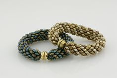Simple super-duo bangle. You need 2 tubes of each color - detailed instructions. #Seed #Bead #Tutorials