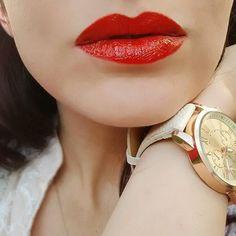 Los labios rojos o red lips jamás pasarán de moda: Crayón Jetset de glo minerals, es el ideal para cualquier evento, ya sea casual o formal. El maquillaje de tus ojos debe ser en tonos neutros para que tu boca sea el centro de atención.