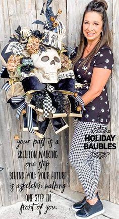Halloween Front Doors, Halloween Deco Mesh, Halloween Magic, Scary Halloween Decorations, Halloween Skull, Halloween Crafts, Halloween Wreaths, Halloween Ideas, Tulle Wreath