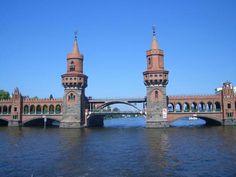 뭔가 혼자 러시아에서 온 것처럼 생긴 다리... 한 때 분단의 상징이기도 했던 오베어바움 다리  #리얼트립베를린 #베를린여행 #독일여행 #독일어디까지가봤니 #베를린 #독일 #오베어바운 #oberbaumbrücke #oberbaum