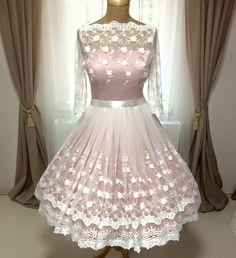 Idei kollekciónk legújabb darabja ez a puha, vintage csipkével borított menyasszonyi ruha, melynek alapja egy pasztell rózsaszín szaténruha. Ennek színét a merendelő kérésének, elképzelésének megfelelően tudjuk változtatni. :) info@miabellahungary.hu Pin Up Style, My Style, Rockabilly, Wedding Hairstyles, Victorian, Culture, Gowns, Formal Dresses, Blog