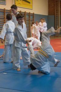 Aikido Kindertraining mit Aikido Kyuprüfungen in der Auhofschule, Linz - 8. April 2016: Kokyonage