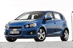 El Chevrolet Aveo Hatchback 2012 es ofrecido con un motor de cuatro cilindros y 1.4 litros con 94CV a 6.200rpm y un torque de 130Nm a 3.400rpm, el cual puede estar asociado a una transmisión manual de cinco velocidades. Tiene una velocidad máxima de 176kms/h y una aceleración de 0 a 100kms en 12.4 segundos. Tiene un consumo de 12.65kms/litro en ciudad y 21.27kms/litro en carretera.