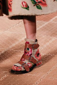 See all the Details photos from Alexander McQueen Spring/Summer 2018 Ready-To-Wear now on British Vogue Look Fashion, Fashion Details, Fashion Shoes, Paris Fashion, Crazy Shoes, Me Too Shoes, Sock Shoes, Shoe Boots, Alexander Mcqueen 2018