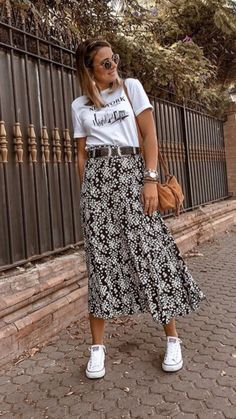 Pretty black and white print midi skirt with cute tee. Pretty black and white print midi skirt with cute tee. The post Pretty black and… Casual Summer Outfits, Spring Outfits, Autumn Outfits, Outfit Summer, Midi Skirt Outfit Casual, Printed Skirt Outfit, Casual Skirts, Mode Outfits, Fashion Outfits