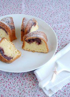 Blackcurrant sour cream coffee cake / Bolo de creme azedo e geléia de cassis by Patricia Scarpin, via Flickr