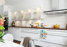 Alternative view of the small kitchen where you can see how super long the drawer pulls are
