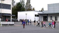 Yläasteen oppilaat marssivat ulos Pirkkalassa. Oppilaiden mielenilmauksen taustalla ovat koulun sisäilmaongelmat.