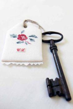 """L'extra du jeudi : étiquette à clé """"Yves"""", façon Fleurs de Digoin !  free pattern"""