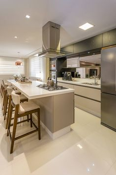 Apartamento Casal - Florianópolis: Cozinhas modernas por Juliana Agner Arquitetura e Interiores Kitchen Room Design, Modern Kitchen Design, Home Decor Kitchen, Interior Design Kitchen, Kitchen Furniture, Home Kitchens, Open Plan Kitchen, New Kitchen, Küchen Design