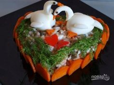 Salad recipe - in Russian - translation is kind of odd, but the salad is pretty! This one is decorated with hard boiled eggs and carrots. Ukrainian Recipes, Russian Recipes, Creative Food Art, Food Carving, Food Garnishes, Edible Food, Edible Art, How To Eat Better, Party Buffet
