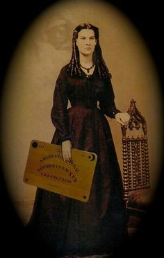 History of Ouija Boards. See the spirit that lives in the board Paranormal, Old Pictures, Old Photos, Vintage Pictures, Tatto Shop, Creepy, Scary, Haunted Places, Ghost Stories