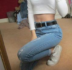 jeans | white | 90s | sneaker | crop top | top | cinto | cintura alta | Pinterest: Nuggwifee☽ ☼☾