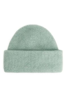 Explore ARKET bags and accessories for women including carefully made hats, gloves, sunglasses, scarves, hair accessories and purses. Grey Bags, Blue Bags, Grey Beanie, Knit Beanie, Off White Bag, Green China, Knit Fashion, Mint Green, Bag Accessories