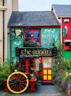 peki neden irlanda diye soranlara // Colorful hostel in Killarney, Ireland Beautiful World, Beautiful Places, Wonderful Places, Shop Fronts, Emerald Isle, Ireland Travel, Ireland Vacation, Dream Vacations, Vacation Wishes