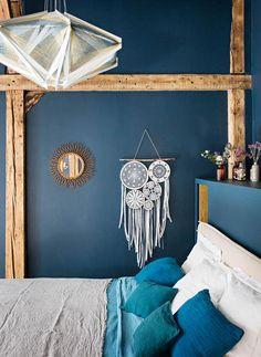 BINNENKIJKEN • in een industrieel pand met donkerblauwe slaapkamer | darkblue bedroom | vtwonen 5-2018 | Fotografie Yann Deret #bedroom #blue
