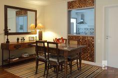 Sala de jantar com janela para cozinha. Projeto da arquiteta Cris Paola #studiocrispaola #jantar #cozinha #pastilhamadeira