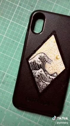 Phone Case Painting Party - it could be trendy and teens can get inspiration from TikToks painting vsco videos Coque de téléphone vague Art Phone Cases, Diy Phone Case, Phone Covers, Iphone Cases, Diy Coque, Accessoires Iphone, Aesthetic Phone Case, Applis Photo, Aesthetic Painting