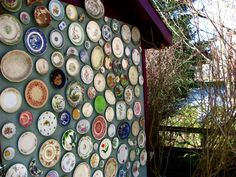 Garden upcycling ideas: Create an outdoor plate wall display on your garden shed The upcycled garden: great ideas for using recycled items as garden art. Old Plates, Plates On Wall, Plate Wall, Vintage Plates, Hanging Plates, Vintage Pyrex, China Plates, Tree Wall Art, Tree Art