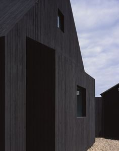 London-based Rodić Davidson Architects has become the latest architecture studio to build a house on the shingle landscape of Dungeness beach in Kent, England. Timber Architecture, Vernacular Architecture, Residential Architecture, Contemporary Architecture, Architecture Details, Black Building, Building Facade, Building A House, Larch Cladding