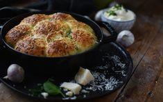 Würzige und fluffige Brötchen mit Knoblauchbutter, knusprig gebacken. Dazu reichen wir würzige Aioli ohne Ei. Lecker, würzig und perfekt für das nächste Partybuffet.