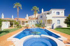 Située à quelques minutes des meilleurs terrains de golf de l'Algarve, du lac principal et de la plage de Quinta do Lago, cette villa à vendre allie élégance et distinction!