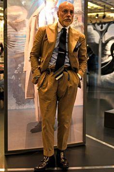 パジーニ氏も取り入れるコロニアルカラーのドレススタイルはまさにイマが旬! Gentleman, Womens Fashion, Ladies Fashion, Khaki Pants, Stylists, Suits, Lady, How To Wear, London
