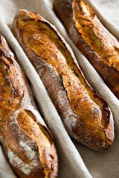 Eine spontane Idee war es, ein Baguette zu backen, das sein Wasser im Hauptteig nur aus Kartoffeln bezieht. Der Teig hat eine etwas dehnbarere Konsistenz als bei Baguetteteigen üblich, lässt sich aber dennoch gut formen. Grundlage ist das Rezept für Baguettes mit T65. Das Kartoffelbaguette hat eine sehr saftige, goldfarbene und grobporige Krume. Die Kruste ist zartsplittrig Weiterlesen...