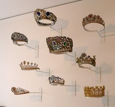 Santos crowns and tiaras on display Trophy Display, Award Display, Pageant Crowns, Tiaras And Crowns, Royal Jewels, Crown Jewels, Crown For Women, Art Deco, Bridal Crown