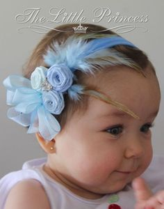 Discover thousands of images about Tiaras de Cabelo Infantil para Vender Rápido Diy Headband, Baby Girl Headbands, Headband Hairstyles, Diy Hairstyles, Felt Flowers, Fabric Flowers, Foto Baby, Ribbon Hair Bows, Satin Ribbons