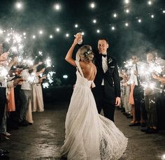 7 important tips for a sea of ​​lights from sparklers- 7 wichtige Tipps für ein Lichtermeer aus Wunderkerzen Wedding dance in sparklers Lichtermeer – 7 tips for the success of this wedding idea - Wedding Videos, Wedding Pics, Wedding Dresses, Gown Wedding, Night Wedding Photos, Wedding Quotes, Wedding Bouquets, Bridesmaid Dresses, Perfect Wedding